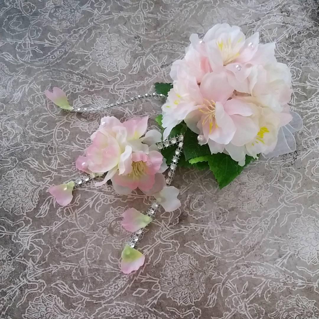 揺れる桜のコサージュ